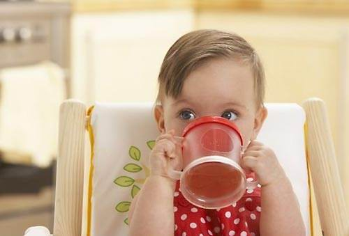 Диетологи: детям следует давать воду а не соки