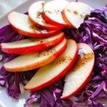 Салат из краснокочанной капусты с яблоком и беконом