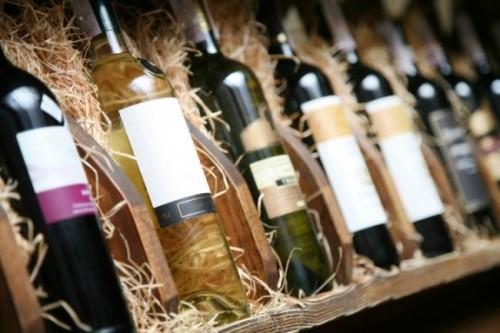 Бутылки с вином в деревянном ящике с соломой