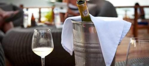 Стеклянная бутылка с вином в жестяном ведре