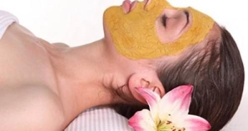 Женщина в маске из куркумы