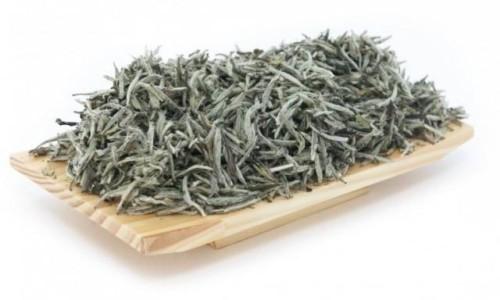 Белый чай на деревянном лукошке