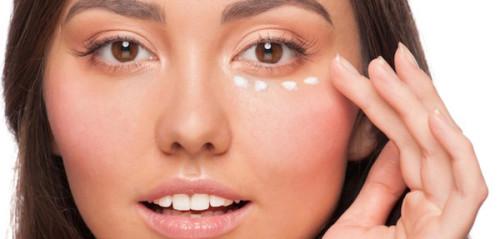 Девушка и крем на коже глаз