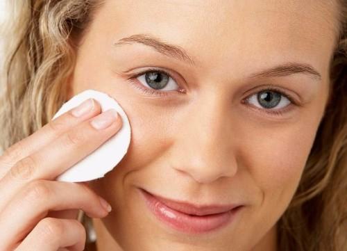 Девушка смывает макияж ватным диском