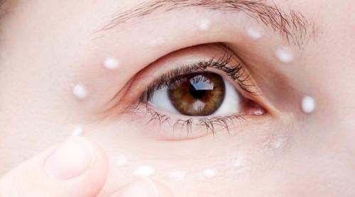 Крем на коже вокруг глаза - крупным планом