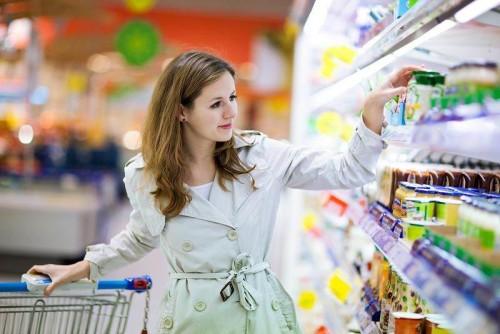 Молодая женщина совершает покупки