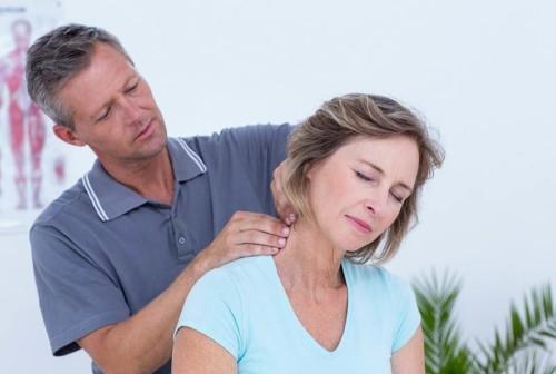 Мужчина делает массаж шеи женщине
