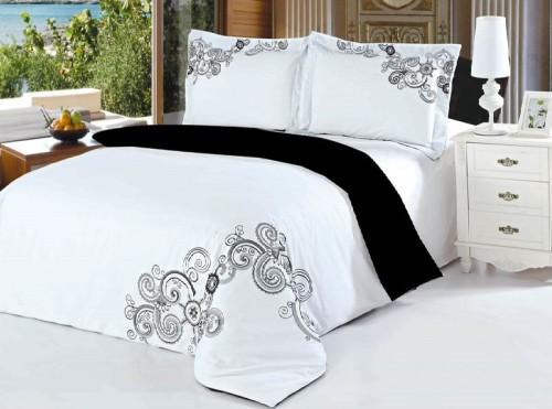 Двуспальная кровать с белым постельным бельем