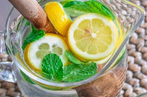 Нарезанный лимон в кувшине с водой