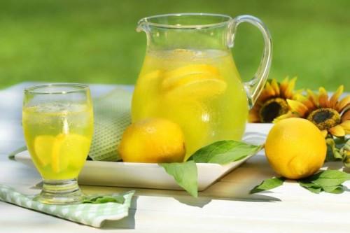 Лимонная вода в кувшине на столе