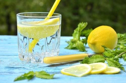 Вода с лимоном с стеклянном стакане
