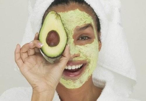 Девушка с косметической маской из авокадо на лице