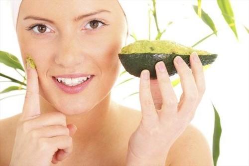 Девушка с авокадо в руке
