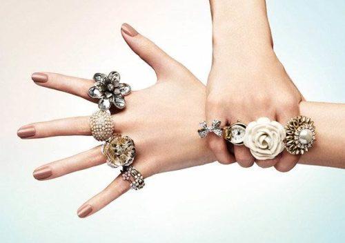 Женские руки в серебряных кольцах