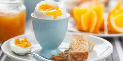 Завтрак - куриное яйцо на подставке