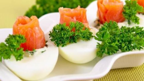 Куриное яйцо с лососем