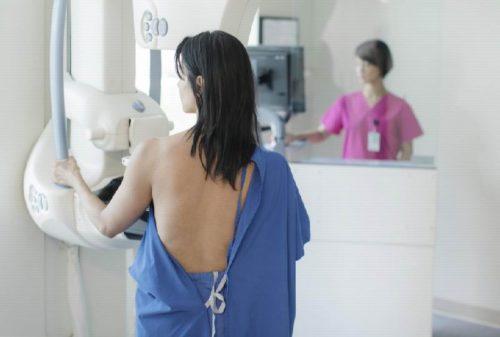 Молодая женщина делает рентген груди