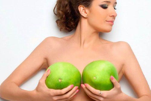 Девушка и кокосы
