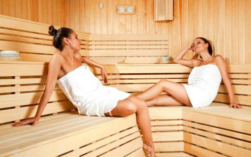 Две девушки в сауне