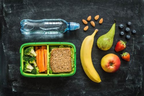 сандвич, фрукты и вода