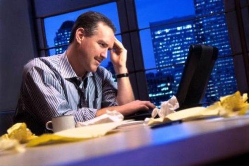 мужчина ночью работает за компьютером