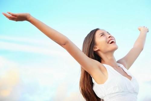 Счастливая женщина на фоне голубого неба