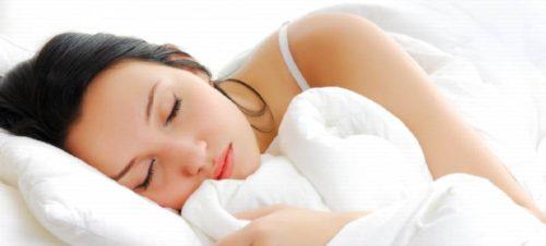 Молодая женщина спит
