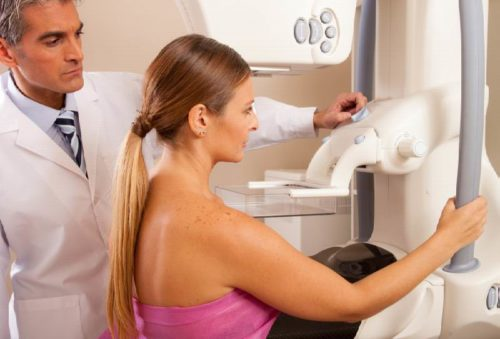 Женщина на приеме у врача маммолога