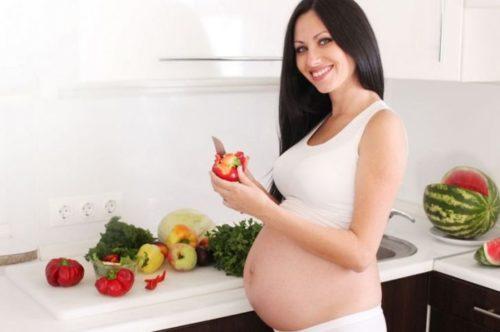 Беременная женщина готовит завтрак