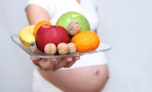 Беременная женщина с тарелкой еды